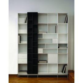Boekenkast in zwart en wit met diepteverdeling