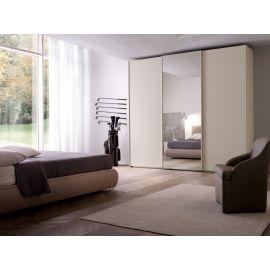Garderobekast met drie schuifdeuren en spiegeldeur