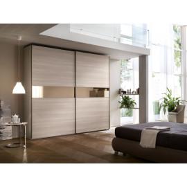 Garderobekast met schuifdeuren in houtfineer met horizontale gouden baan