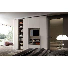 Garderobekast met draaideuren en ruimte voor een televisie