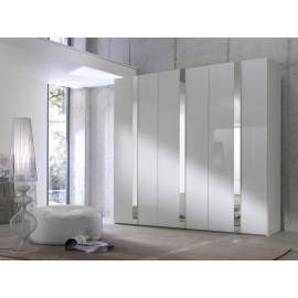 Garderobekast met draaideuren en zilveren elementen