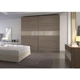 Garderobekast met schuifdeuren in houtfineer met horizontale baan